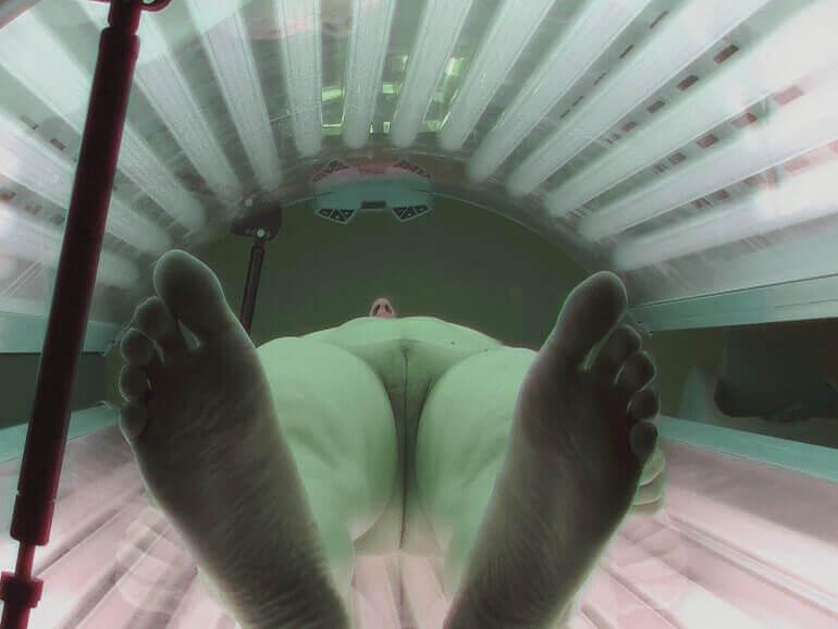 Heimliche Voyeur Fotos von rasierter Möse auf der Sonnenbank