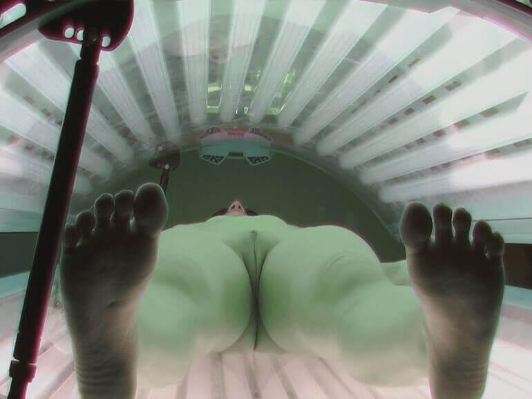Nahaufnahme einer rasierten Mädchen Fotze mittels einer Voyeur Solarium Sexcam aufgenommen