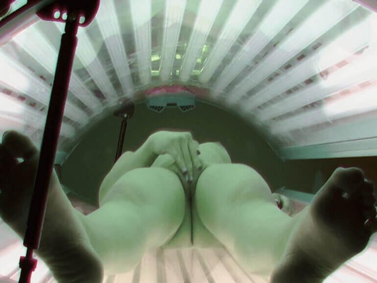 Scharfe Spanner Aufnahme von nackter Frau beim Fotze wichsen im Solarium