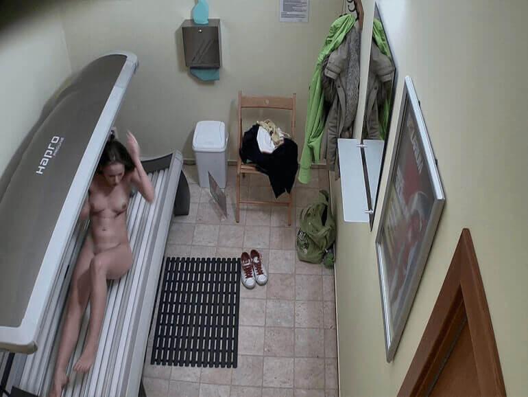 Solarium Cam Foto Aufnahme von einem nackten Mädchen beim Sonnen