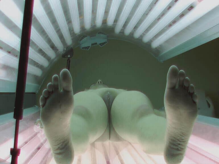 Spanner Sexfotos von rasiertem Fickschlitz in Voyeur Sonnenstudio