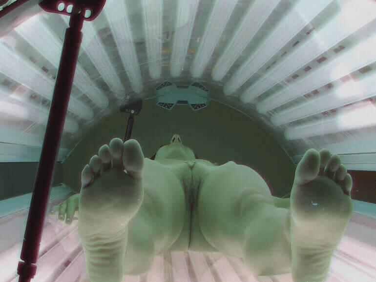 Spanner Solarium Cam zeigt scharfe Nacktaufnahmen junger Mädchen