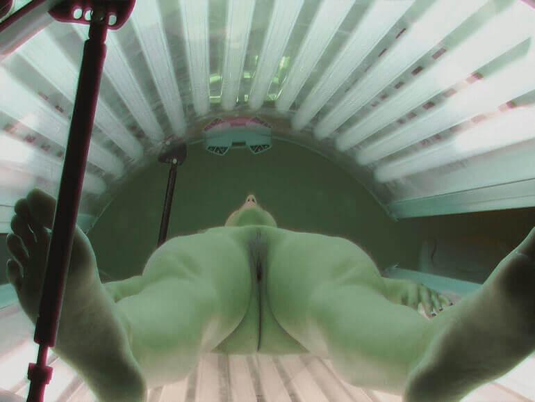Voyeur Sexbilder zeigen feuchte Muschis in Nahaufnahme auf der Sonnenbank