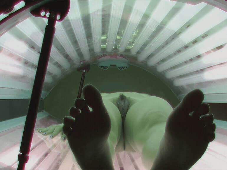 Voyeur Sexfoto zeigt behaarte Muschi beim Bräunen auf der Sonnenbank