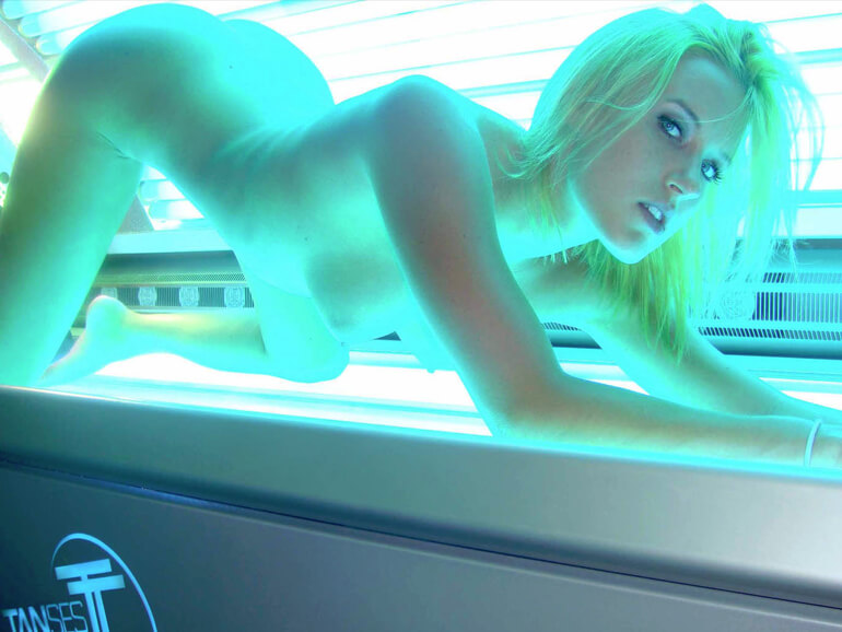 geile blondine nackt beim bräunen